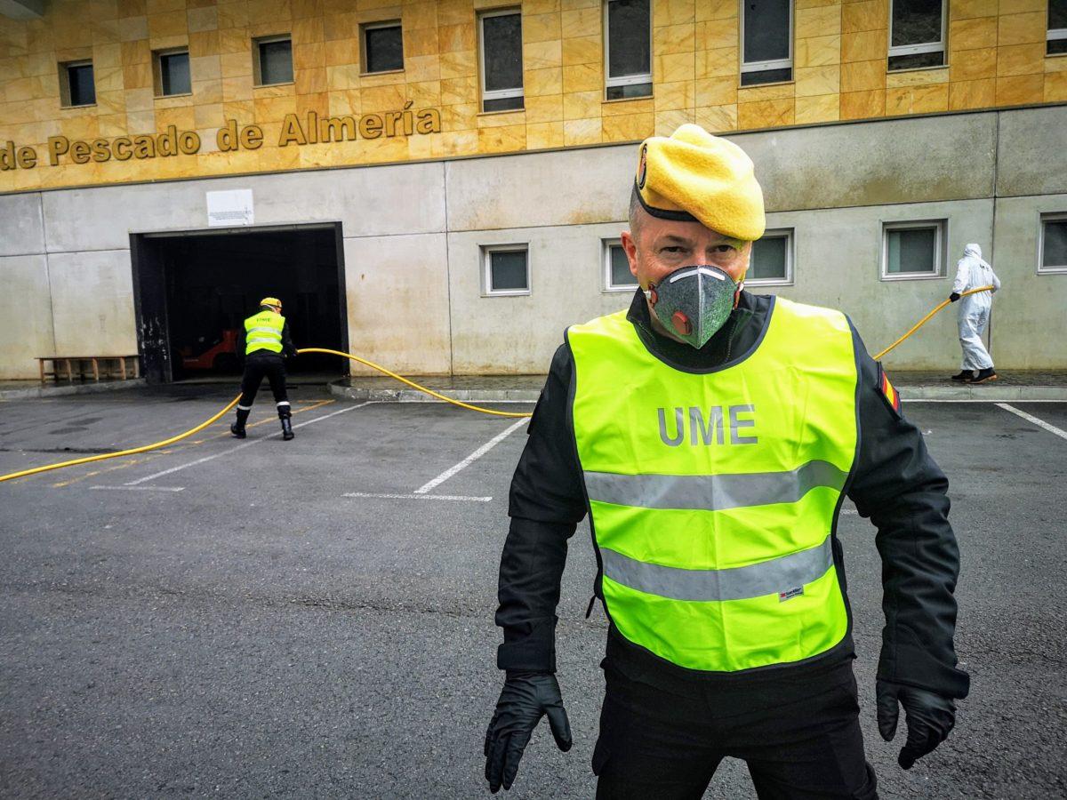 unidad-militar-de-emergencias-desinfecta-puerto-lonja