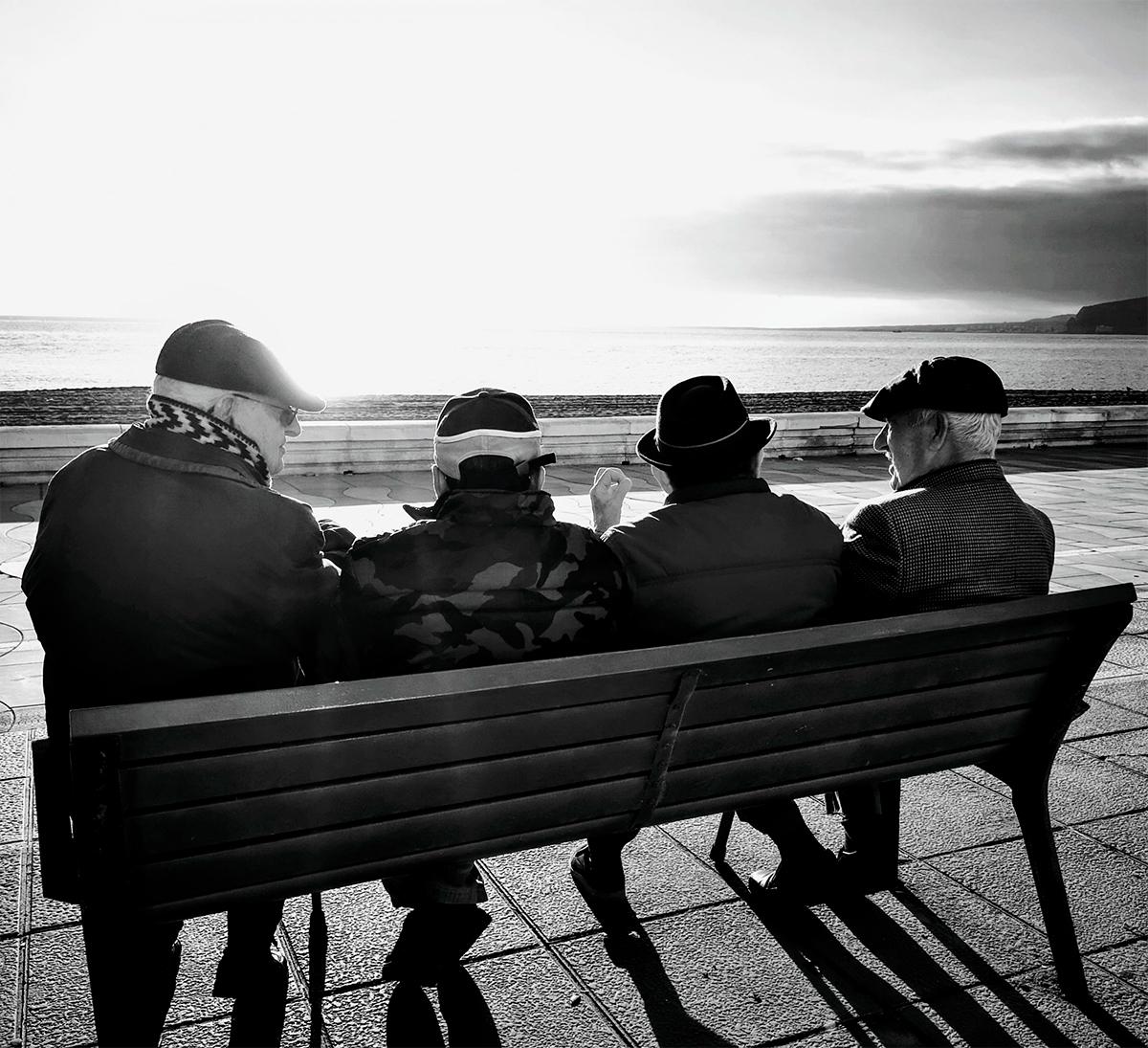 personas-mayores-paseo-maritimo-almeria