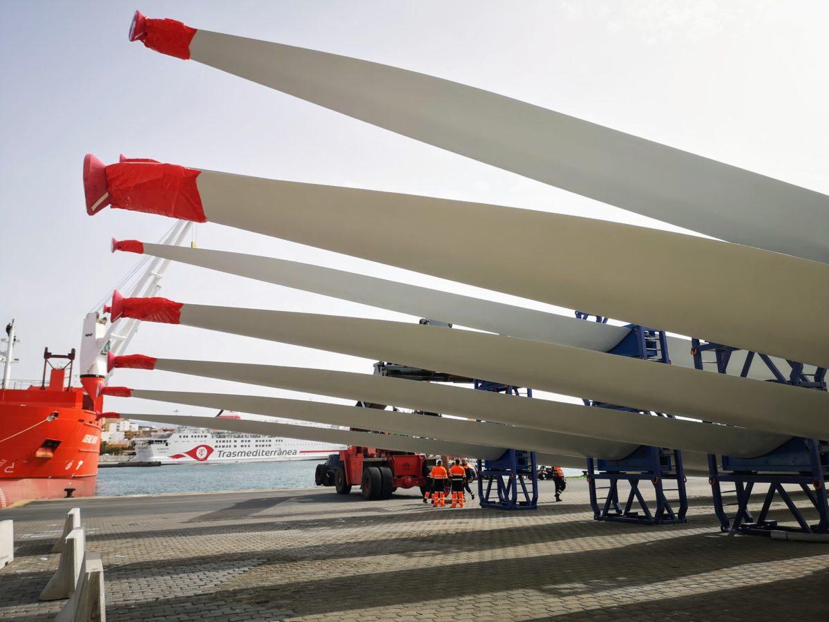 Aspas para molinos eólicos, en el Muelle de Poniente del Puerto de Almería