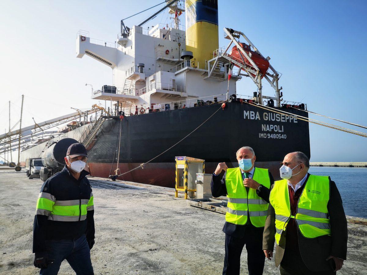 El presidente de la APA y directivos de SALG, en la operación de carga de yeso en el buque MBA Giuseppe
