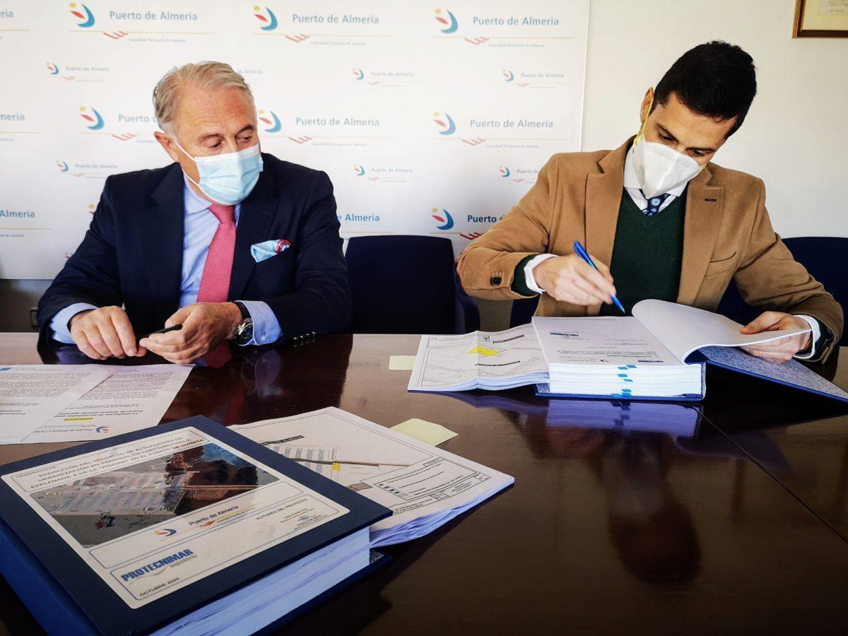 El presidente de la APA y el apoderado de Construcciones Nila firman el contrato para la ampliación de las pantallas atrapa-polvo del Puerto