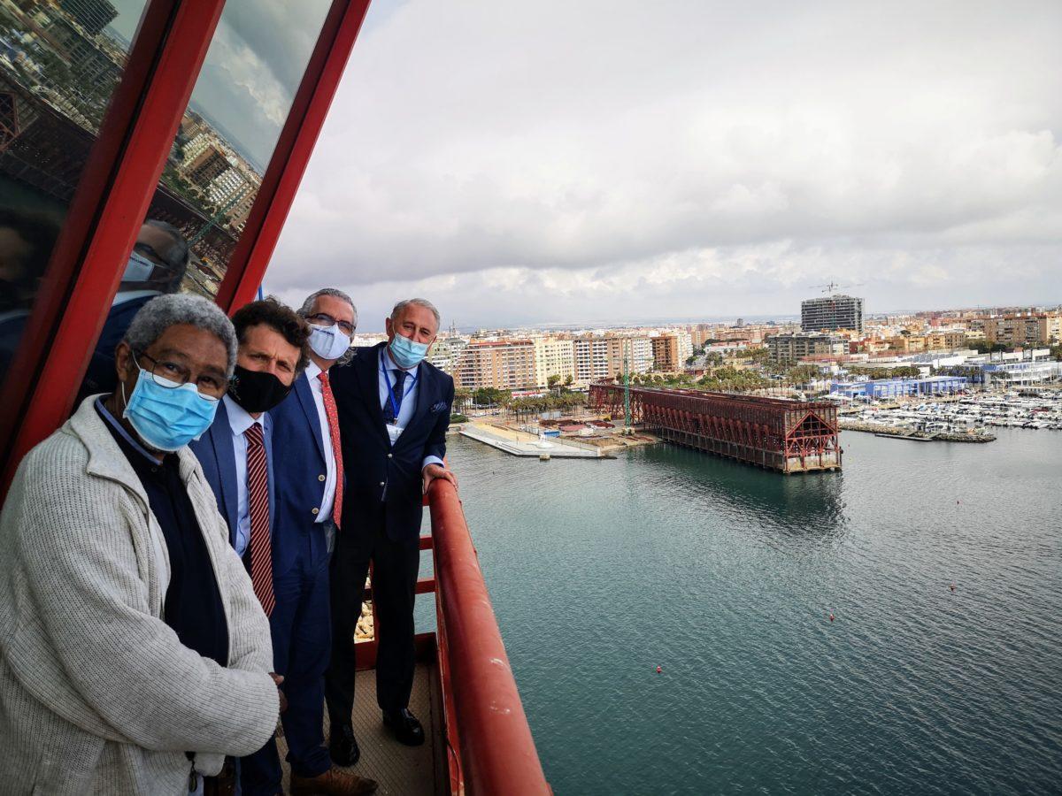 Directivos del Hospital Univiersitario Torrecárdenas, en la Torre de Salvamento Marítimo del Puerto