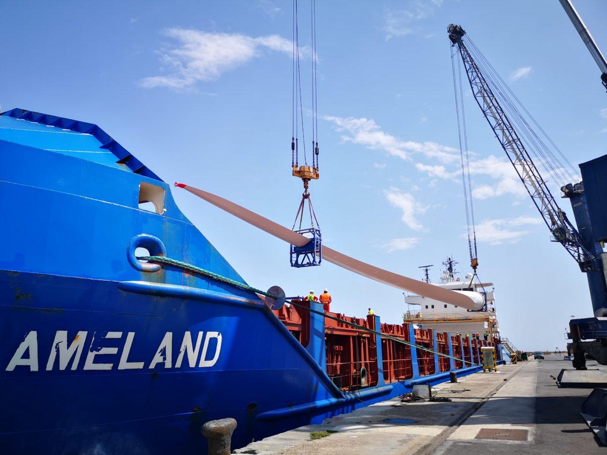Embarque de palas eólicas en el carguero Aveland, en el Puerto de Almería