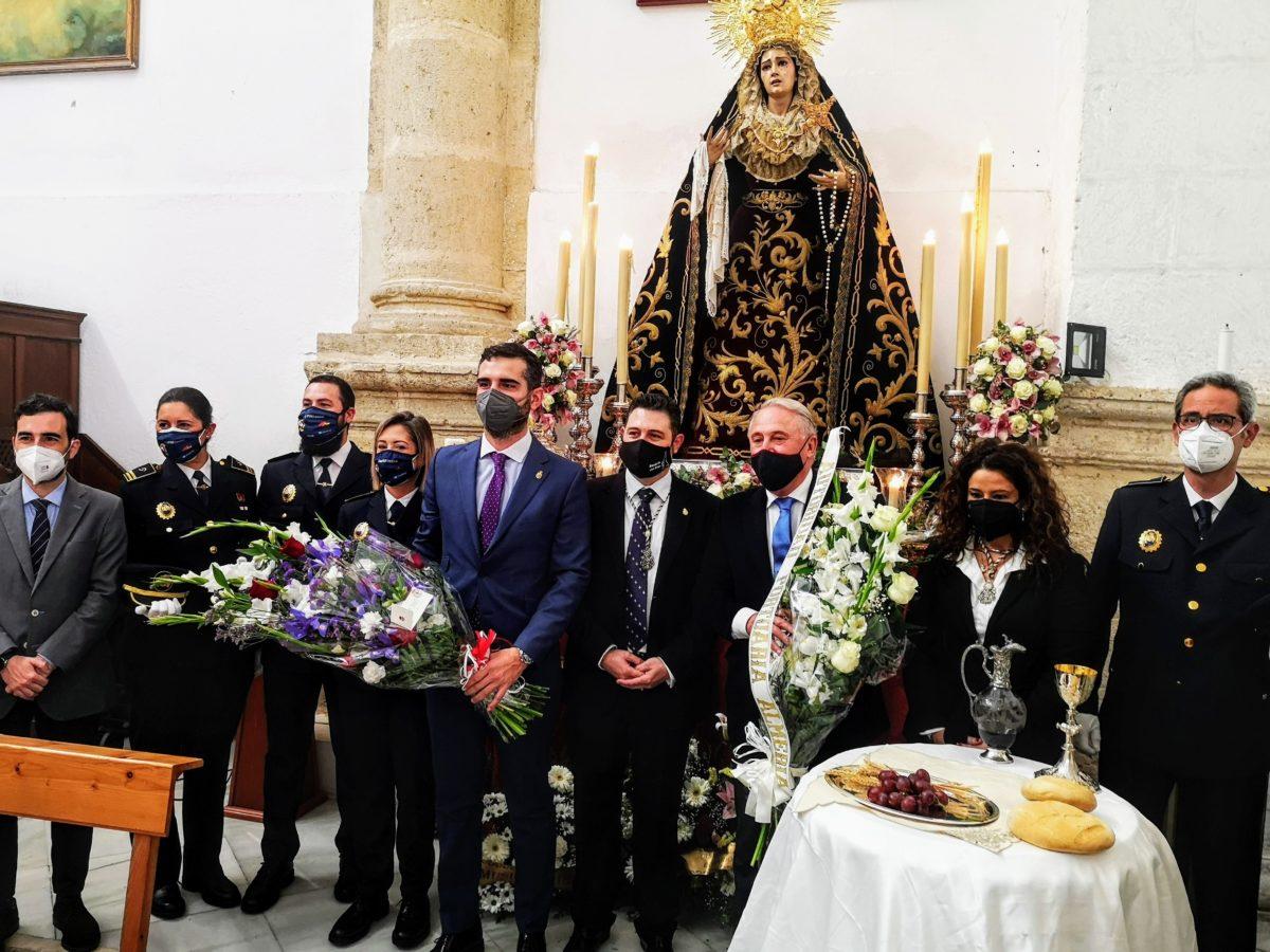 El presidente de la APA, el alcalde y representantes de la Policía Portuaria, en la ofrenda floral a la virgen del Rosario del Mar