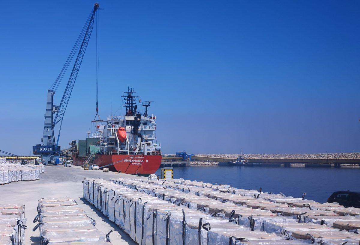 Carga de mercancía para la exportación, en el Puerto de Carboneras