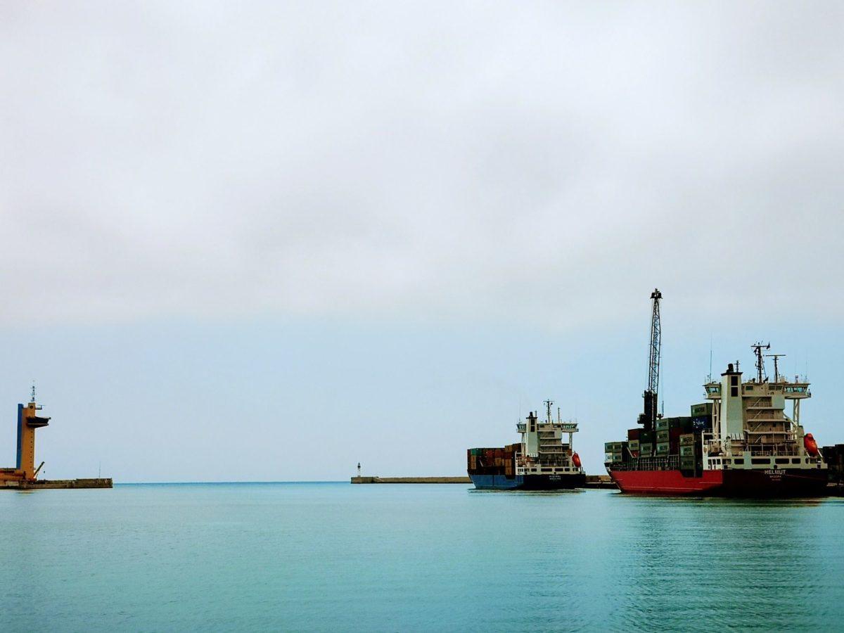 Dos buques portacontenedores, en la dársena de Almería