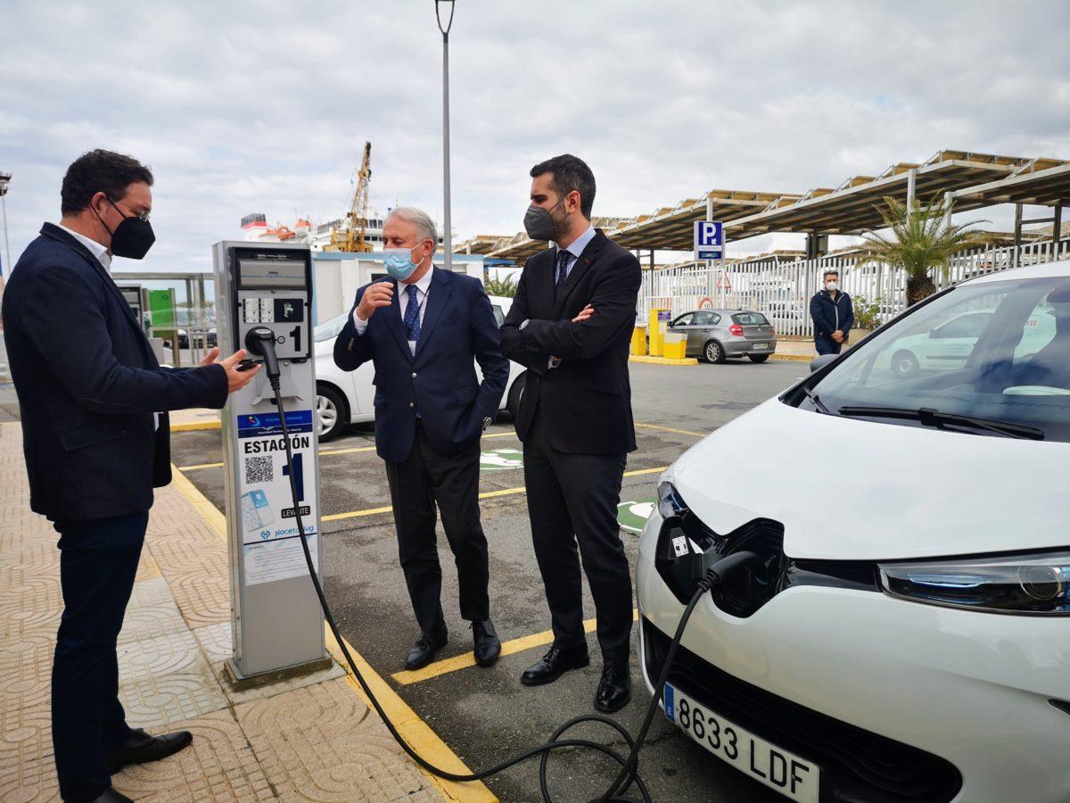 El alcalde y el presidente de la APA atienden las explicaciones sobre el funcionamiento de los cargadores de vehículos eléctricos del Puerto de Almería