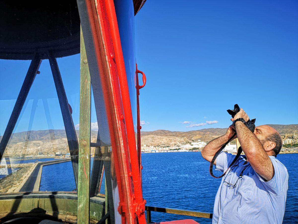 Fotografiando la linterna del Faro de Poniente, en el Puerto de Almería