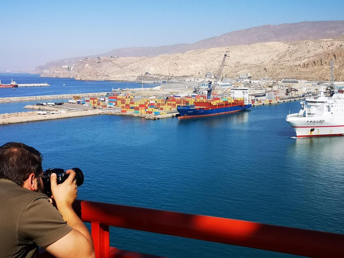 Un fotógrafo enfoca su cámara sobre el Puerto de Almería, desde la Torre de Salvamento Marítimo