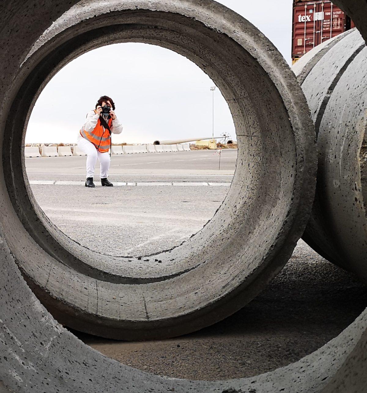 Una participante en el Concurso de Fotografía capta una imagen de unos tubos