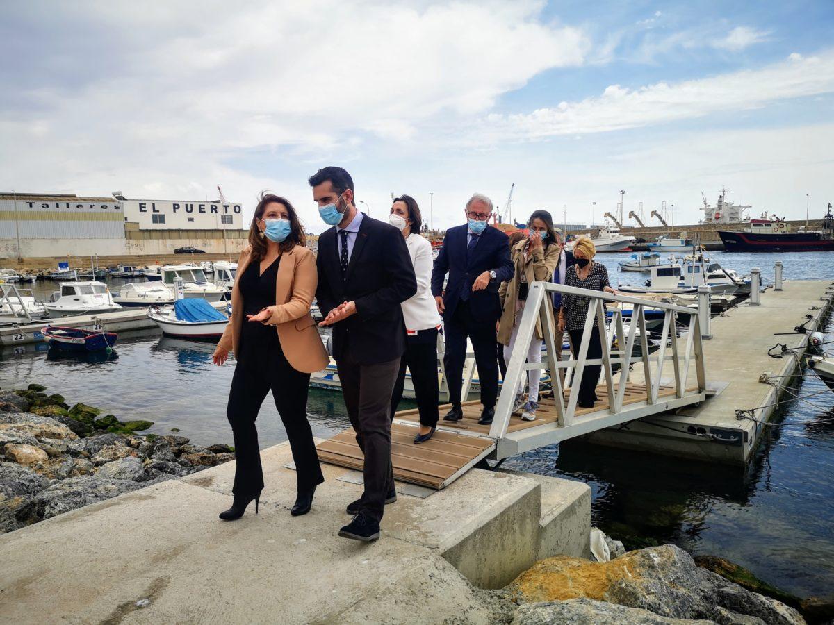 La consejera Carmen Crespo y el presidente de la APA, en la inauguración del nuevo Fondeadero del Puerto Pesquero de Almería