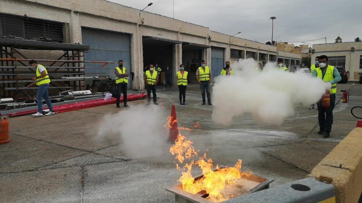 Prácticas contra el fuego, en el Curso de Mercancías Peligrosas, en el Puerto de Almería