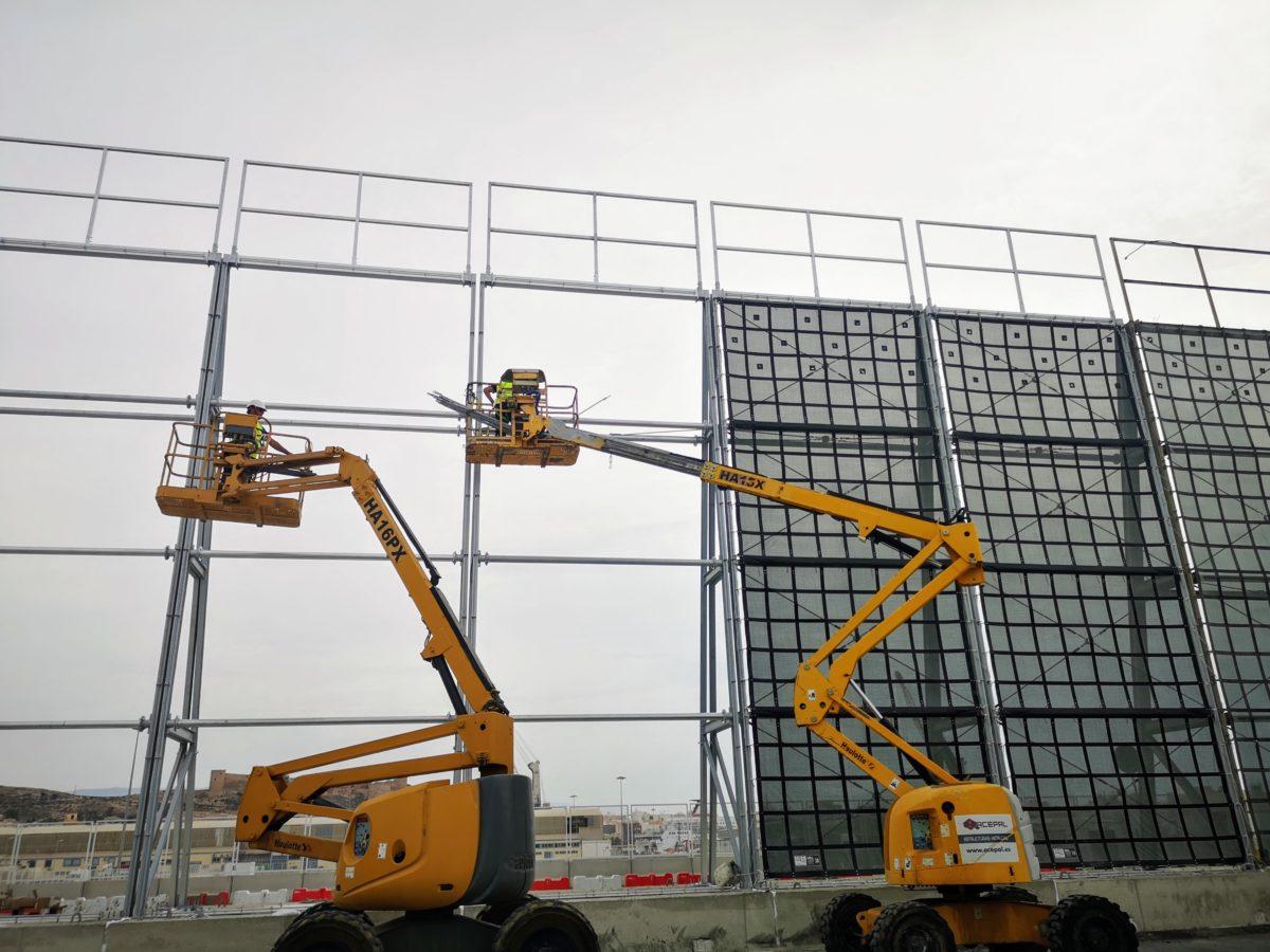 Instalación de las nuevas pantallas atrapa-polvo, en el Muelle de Pechina