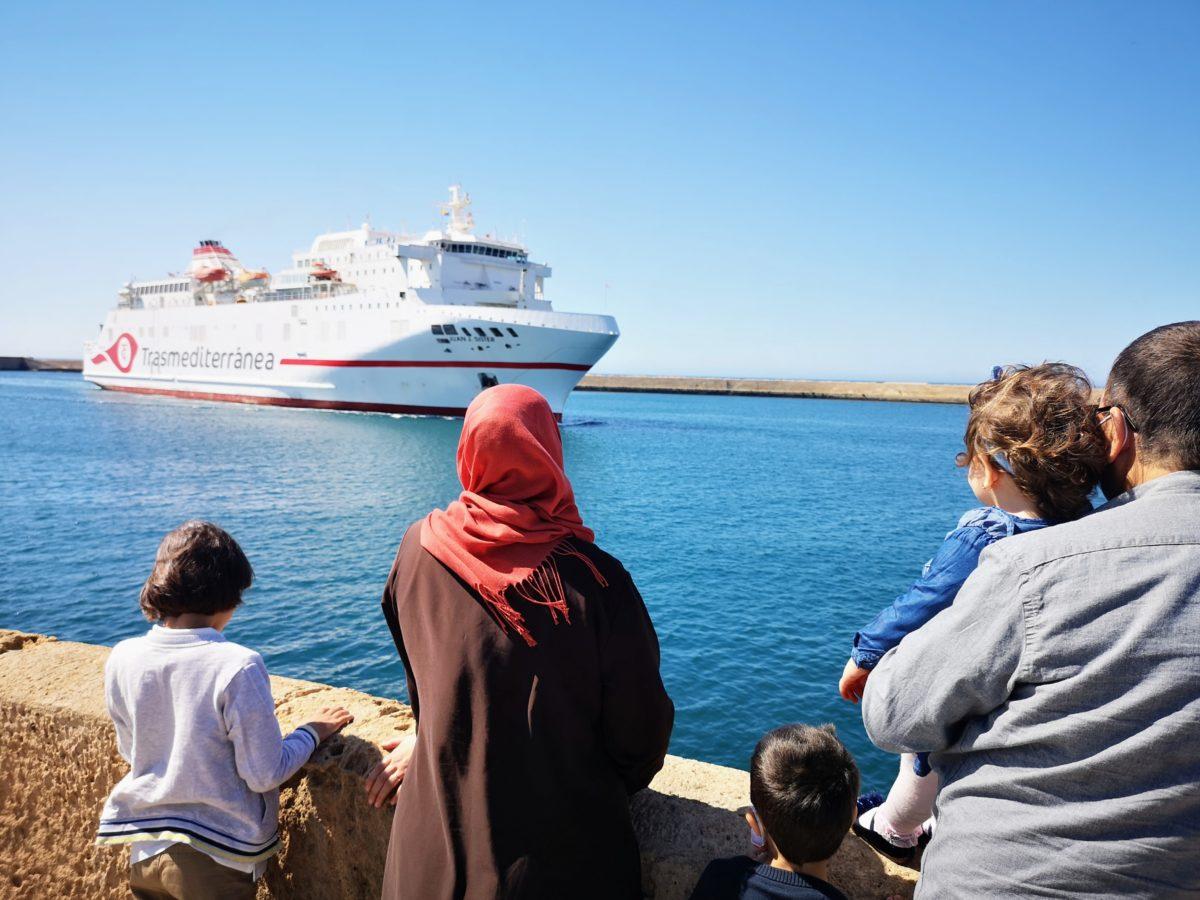 Un ferri entra en el Puerto de Almería, procedente del norte de Áfrrica