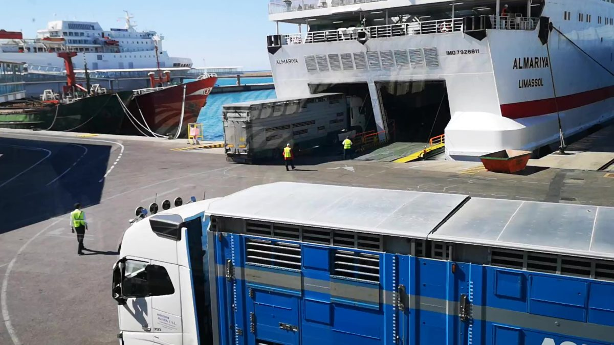 Camiones de mercancías embarcan en un ferri en el Puerto de Almería