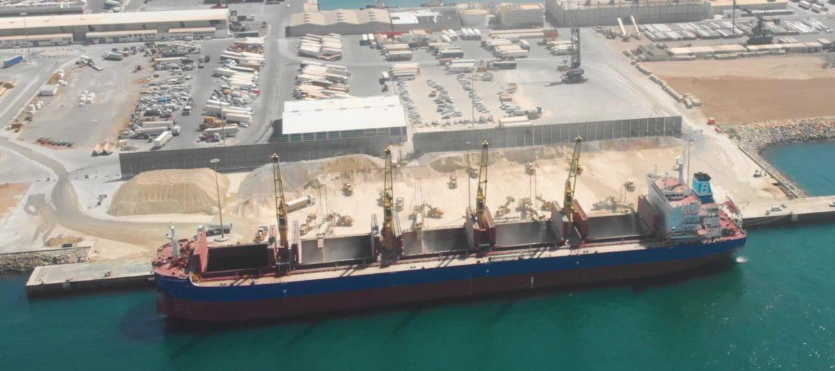 Un buque carga yeso en el Muelle de Pechina, del Puerto de Almería
