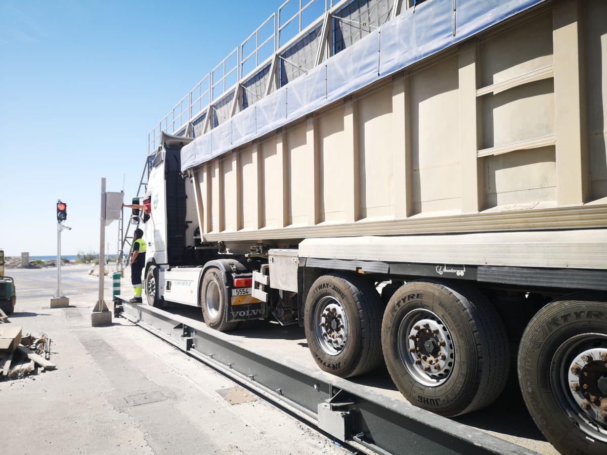 Un camión, en la nueva báscula del Puerto de Almería