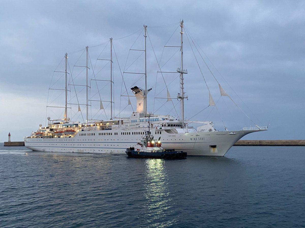 El crucero Wind Surf, entra por la bocana del Puerto