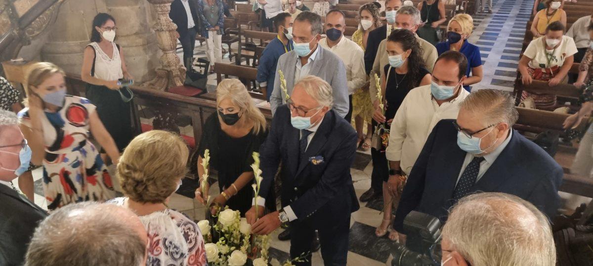 El presidente de la APA, junto a la consejera de Cultura, en la ofrenda floral a la Virgen del Mar