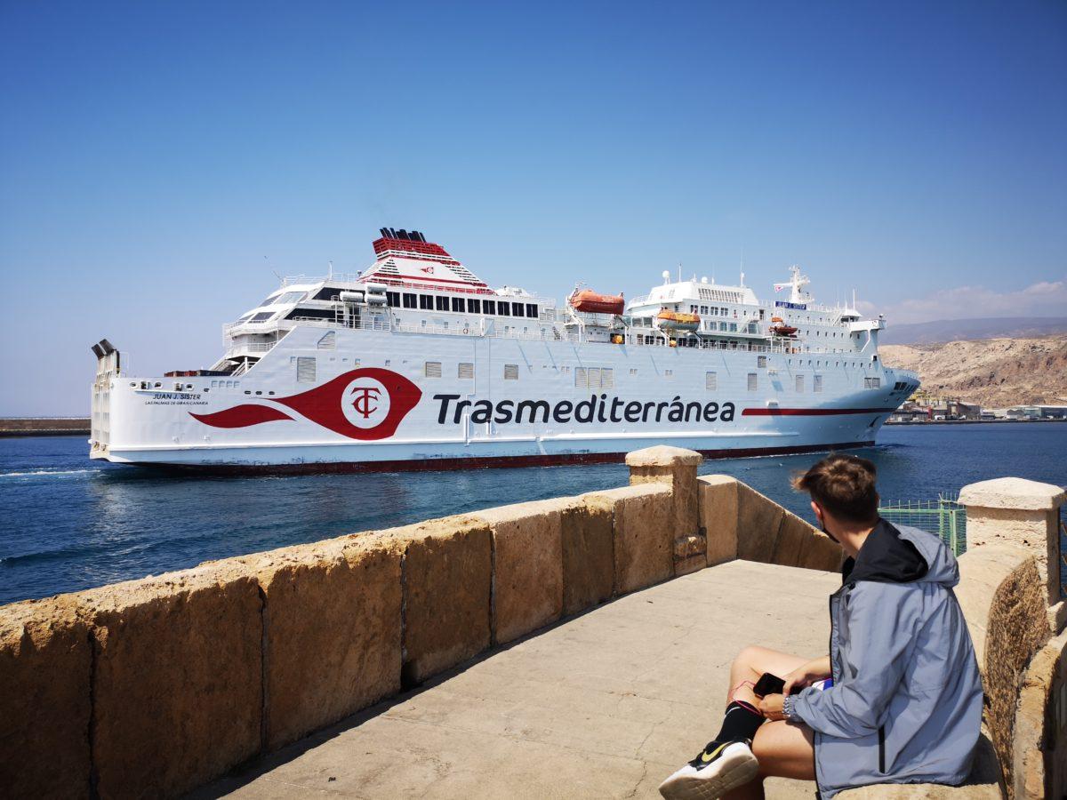 Un ferri de Trasmediterránea entra en el Puerto de Almería