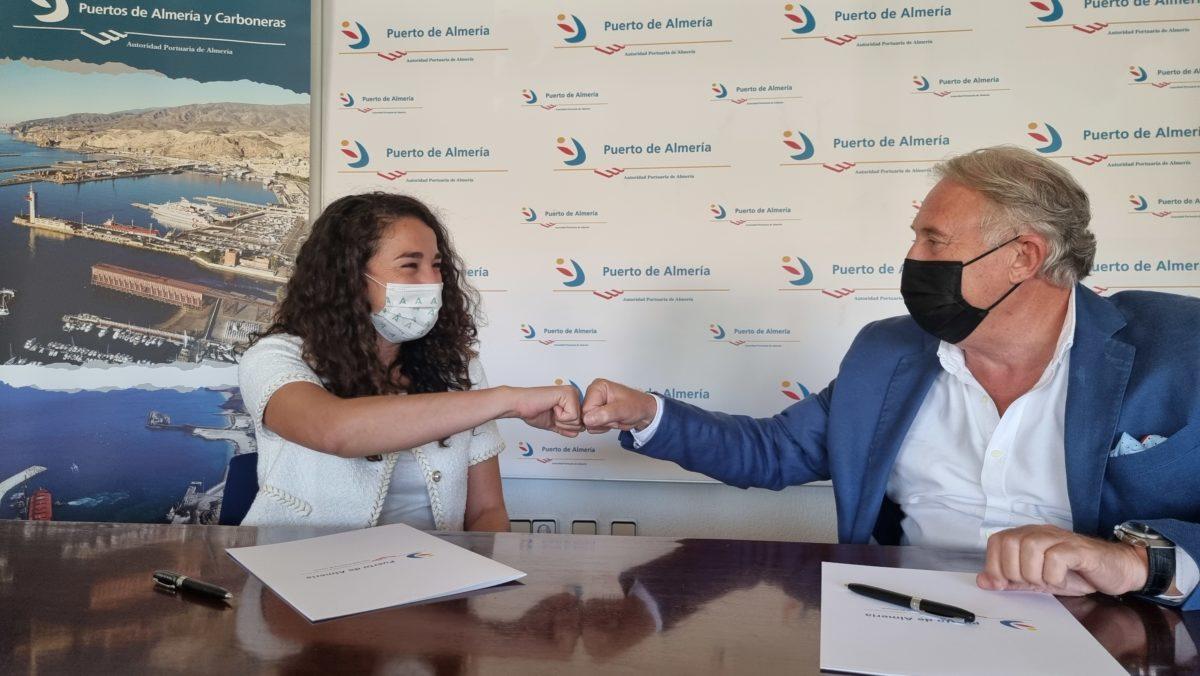 La asesora del IAM y el presidente de la APA, tras la firma del acuerdo de adhesión