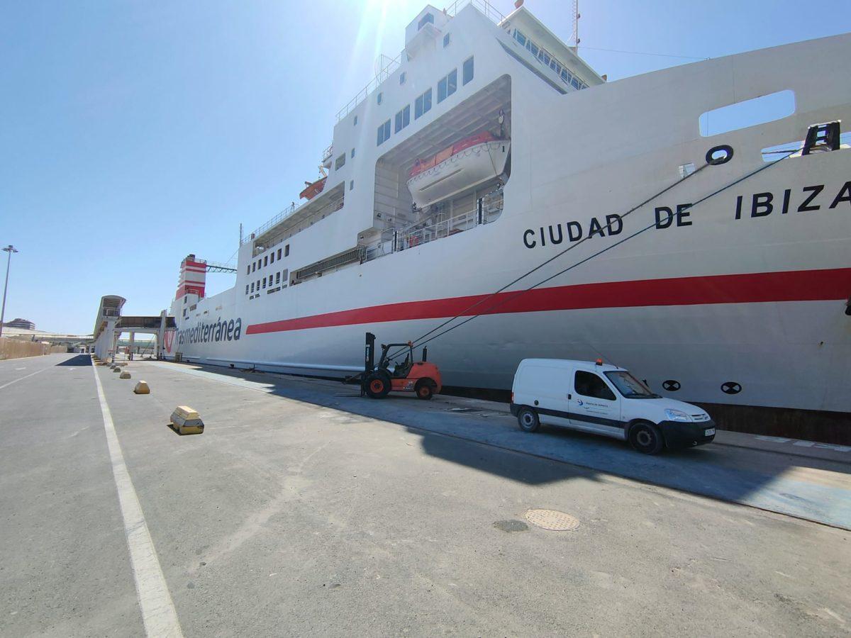 Suministro eléctrico al ferri Ciudad de Ibiza, en el Puerto