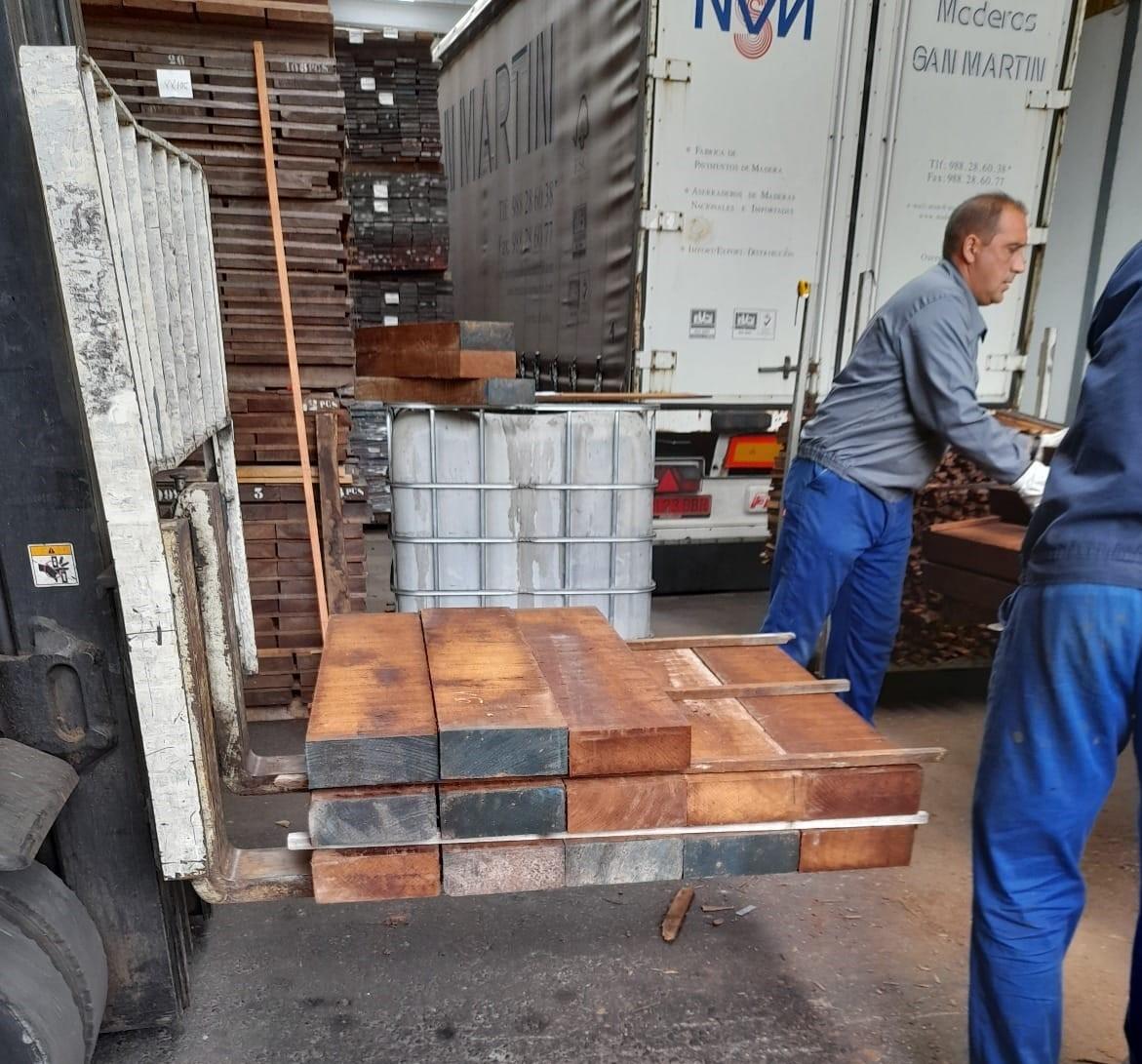 La madera que se pondrá en el paseo peatonal del Cable Inglés está siendo tratada en una empresa especializada de Orense