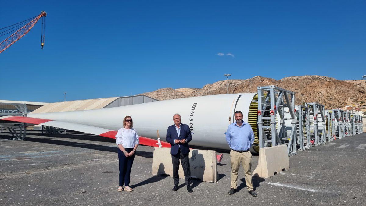 Los representantes de Eblades Technology SL y el presiente de la APA, ante las palas eólicas, en el Puerto