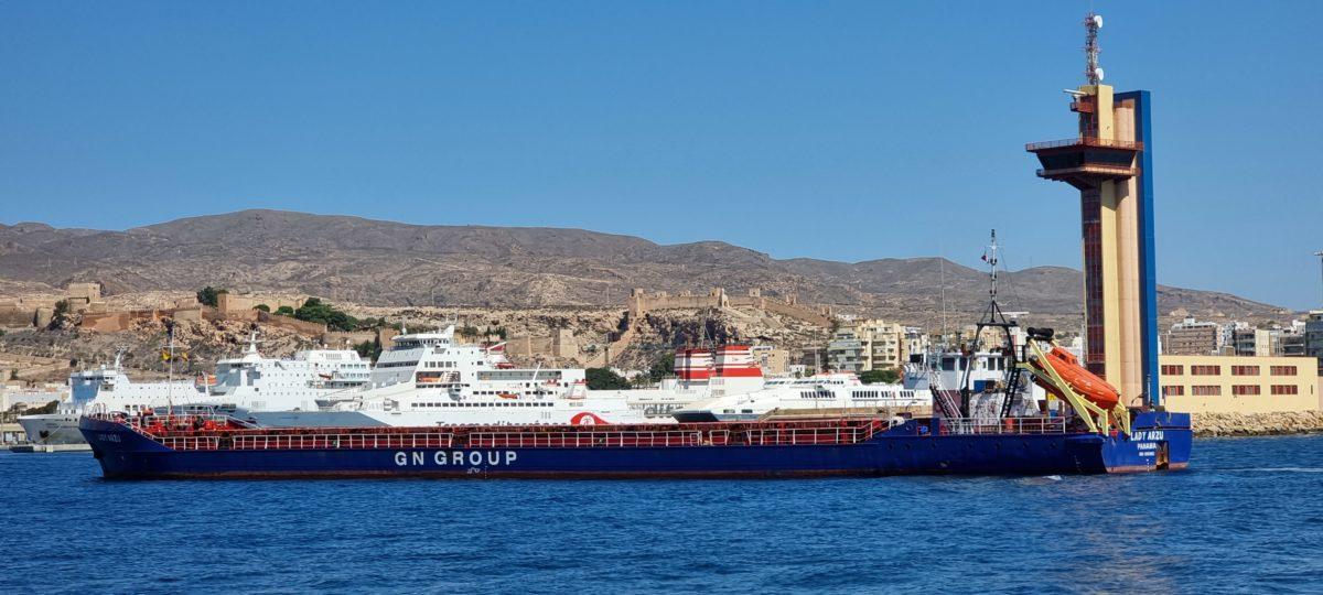 Un carguero entra en el Puerto de Almería