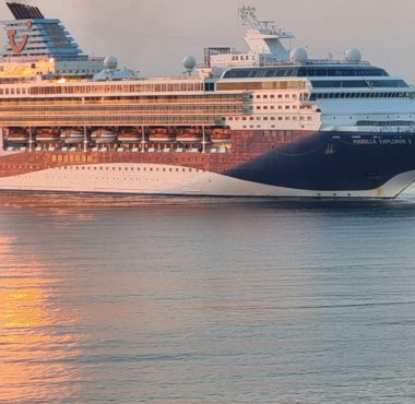 El crucero Marella Explorer 2, en la bocana del Puerto