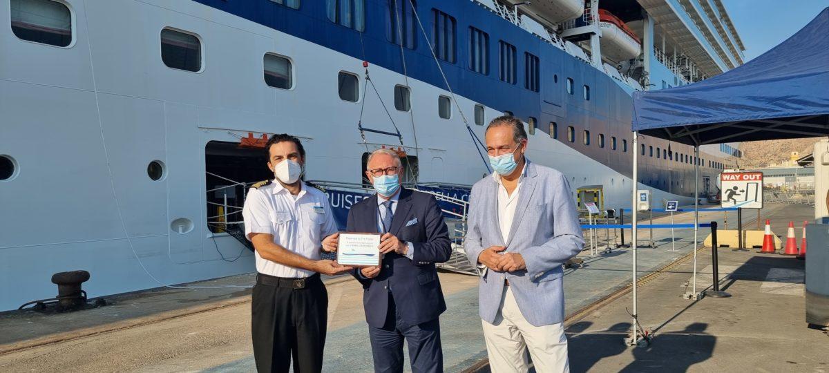 El presidente de la APA y el delegado de Turismo dan la bienvenida al crucero Marella Explorer 2, en su primera visita a Almería