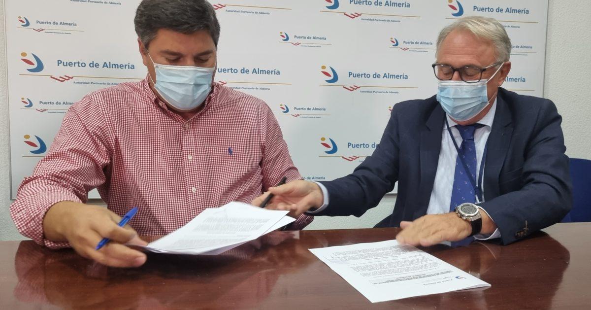 Un momento de la firma del contrato entre la APA y Mayfra Obras y Servicios SL
