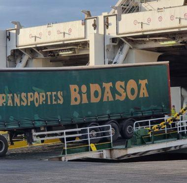 Un camión desembarca de un ferri en el Muelle de Ribera